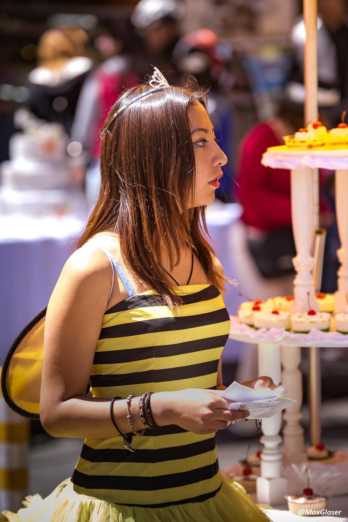 """Día del Peatón - Una """"abejita"""" vendiendo cupcakes"""