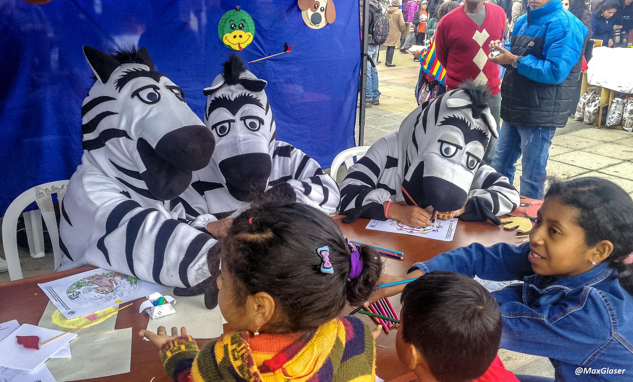 Cebritas pintando con niños