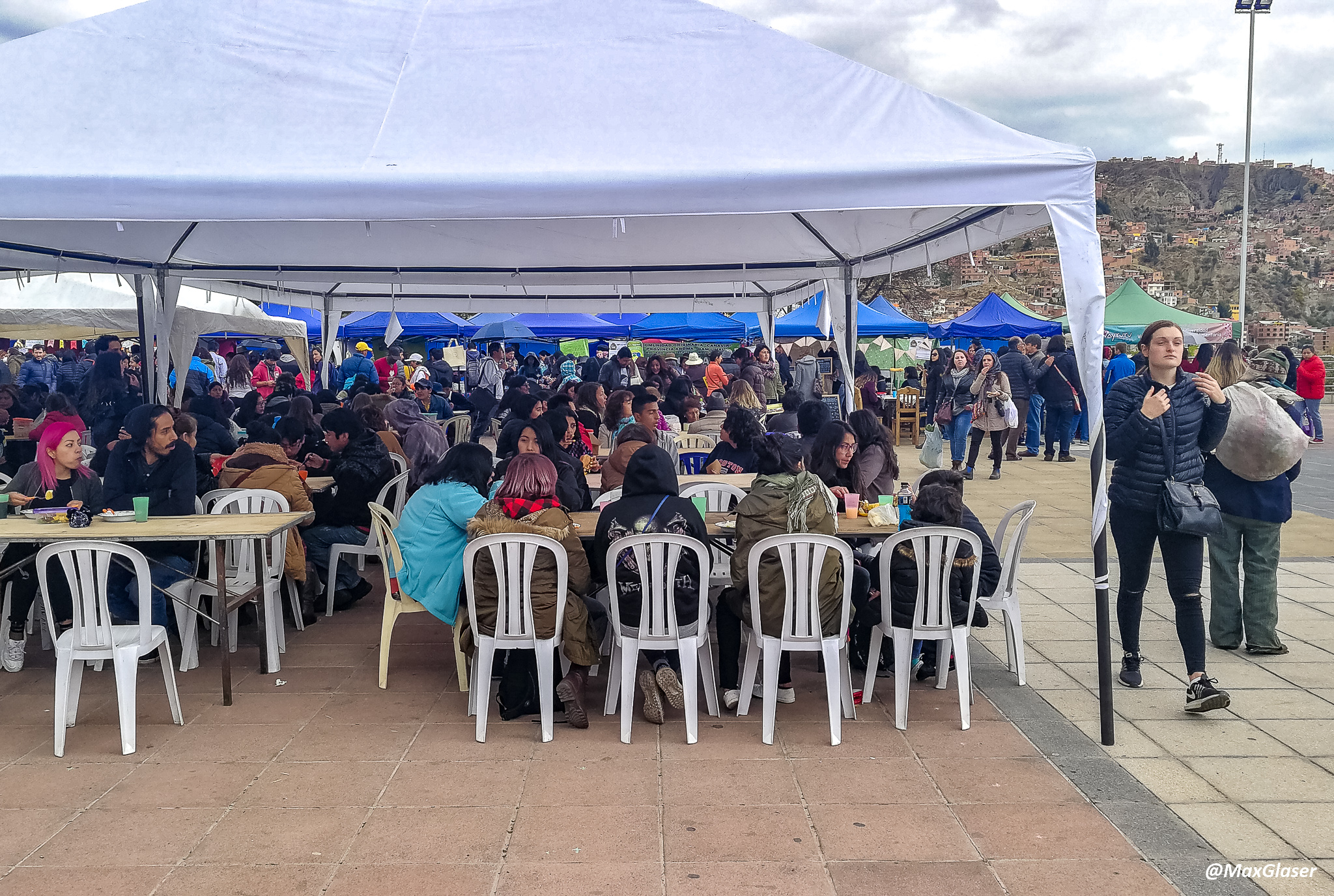 Carpa en la Plaza Villaroel para los comensales