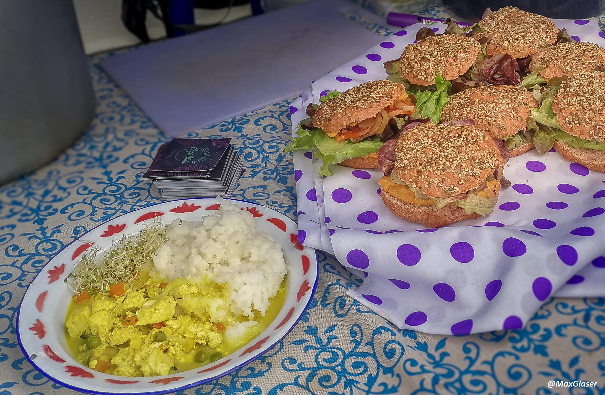 Tofu con arroz y hamburguesas vegetarianas