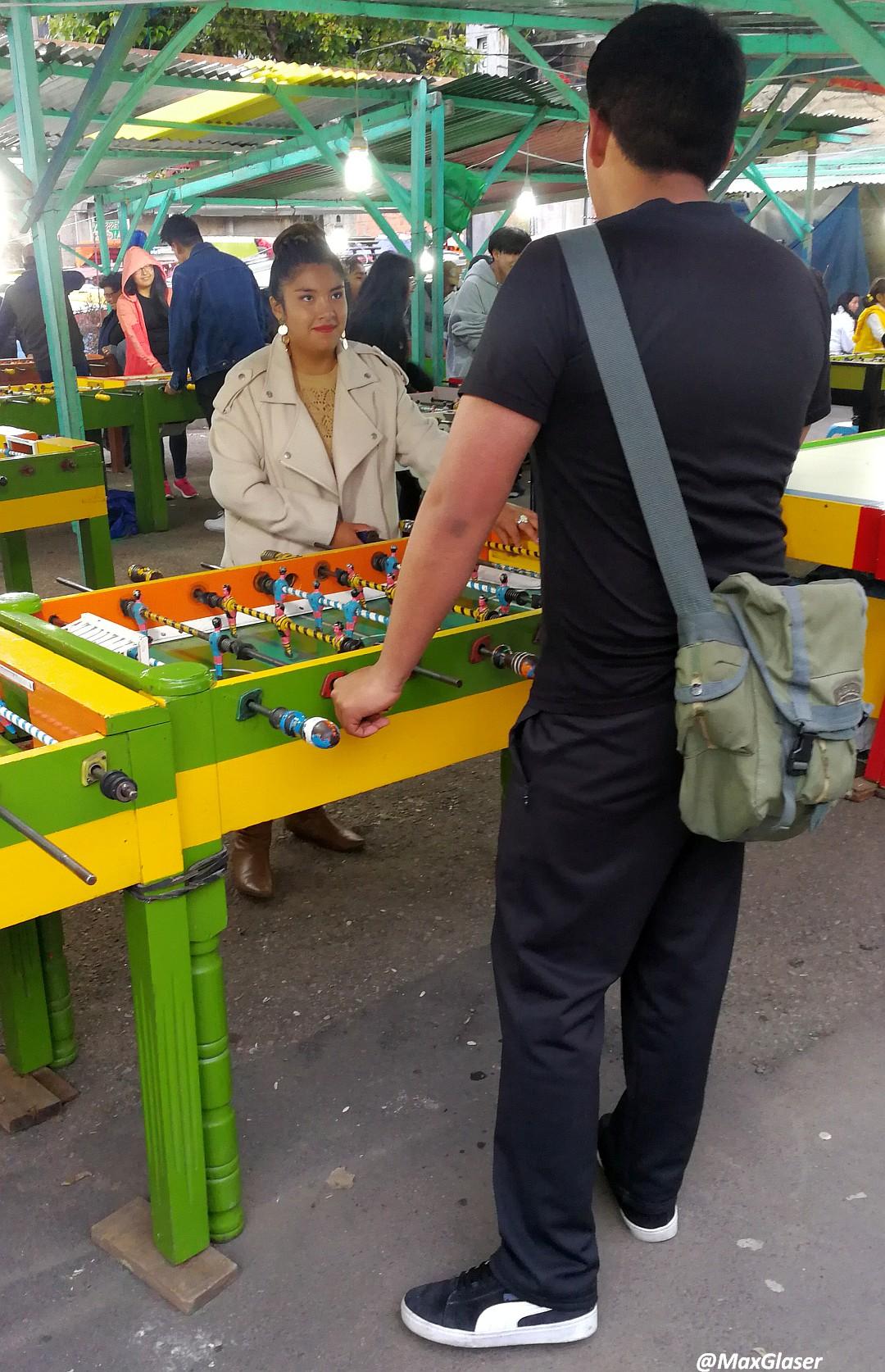 Jugando al futbolín en la Feria Navideña de La Paz 2019